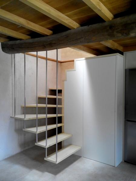 escalera suspendida y convivencia de la nueva estructura con las vigas originales