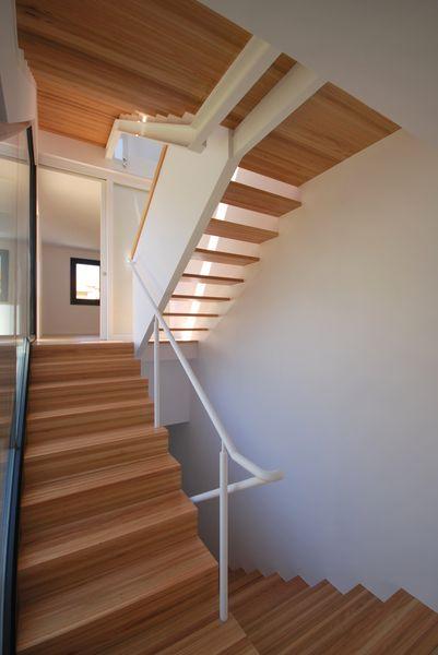 A mu a santiago aestudio arquitectos coru a for Escaleras de madera de dos tramos